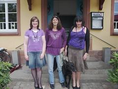 Drei Damen mit Hund