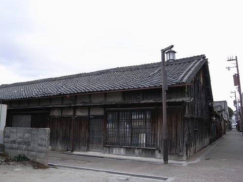 今井町の荒れた建物-02 /></a><br /> 今井町の裏通りの辺り。これだけの古い民家が堂々とあるのもなかなか衝撃的です。規制があって簡単に建て直すこともできないなど、保護による弊害もあるのだとか</p>  <p><a href=
