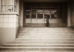 En Domingo.. (Luis Vsquez [ Luis3D ]) Tags: chile boy child celular soledad ipaq telefono nio escaleras pequeo lota curiosidad celularphone