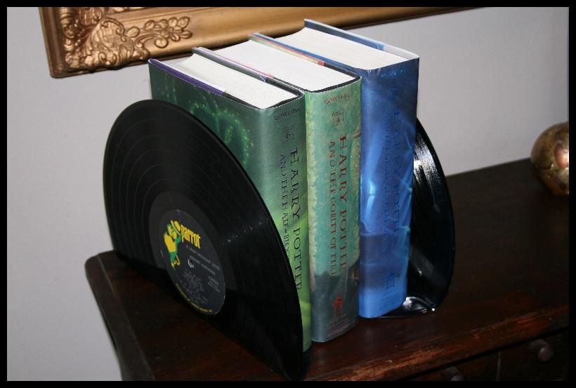 2655403007 a94a784641 o [Curiosidades] Transformando seu velho LP em suporte para livros!