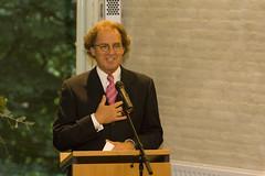Burgemeester Rombouts geeft een toespraak (Omroep Brabant) Tags: show licht avond denbosch jubileum begraafplaats burgemeester kerkhof rombouts viering omroepbrabant orthen wwwomroepbrabantnl 150jarig