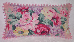 Vintage Fabric Pillow par such pretty things