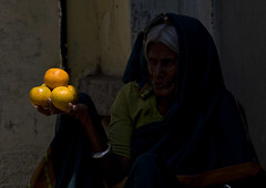 The old woman and the 5 oranges - India (Eric Lafforgue) Tags: india indie indi indien hind indi inde hodu indland  hindistan indija   ndia hindustan  3928    hindia  bhrat  indhiya bhratavarsha bhratadesha bharatadeshamu bhrrowtbaurshow  hndkastan