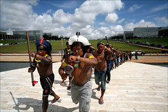 Indígenas / Indigenous (Fernando Martinho) Tags: brazil sky cloud latinamerica southamerica festival brasília fight df walk indian capital protest run sing land fernando humanrights cor indien indigenous distritofederal índio protesto インド martinho tribos indisch indigene protestation reivindicação direiros