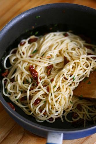 Spaghetti aglio e olio with sundried tomatoes 1