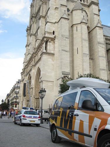 Journalistes et Policiers entourent la cathédrale