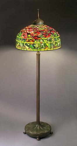 002-Lámpara de pie con decoración en tulipa de flores de adormidera, posterior a 1906, de vidrio con plomo y bronce