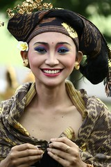 gadis (Farl) Tags: street travel ladies woman colors beauty festival lady female indonesia photography culture parade portraiture offering tradition hindu denpasar balinese baliartsfestival 100mmf28macro meped baliartsfestival2008