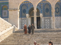 Women Leaving the Dome of the Rock (upyernoz) Tags: people israel palestine jerusalem domeoftherock mosque ישראל ירושלים oldcity templemount כיפתהסלע القدس إسرائيل فلسطين‎ أورشليم مسجدقبةالصخرة
