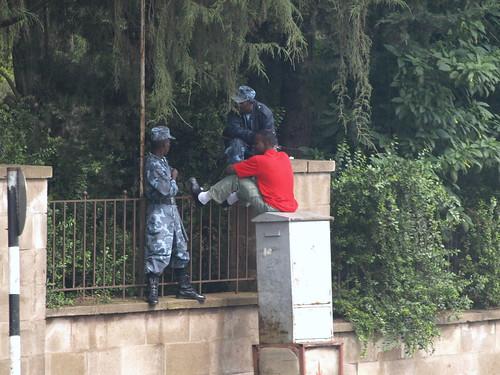 Policías federales de charla en Addis Abeba