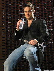 20060701_20 Cig, water and Robbie Williams | Ullevi, Gothenburg, Sweden (ratexla) Tags: summer people music favorite man men celebrity art gteborg person star concert europe tour sweden outdoor live famous gothenburg gig performance 2006 pop arena entertainment human entertainer celebrities sverige celebs celeb robbiewilliams humans bloke goteborg homosapiens ullevi nyaullevi 1jul2006 photophotospicturepicturesimageimagesfotofotonbildbilder notintheeternityset