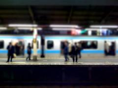 新橋駅ホーム。TiltShift Appでボケ写真もいっちょ。