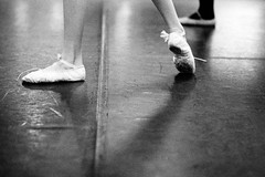 Ballet (Hunchentoot) Tags: leica shadow blackandwhite bw ballet film feet analog germany deutschland shoes europa europe kodak trix hamburg grain hc110 rangefinder summicron sw kodaktrix 90mm schatten m6 schuhe korn altona ottensen m6ttl ballett balletslippers leicam6 2011 schwarzweis leicam6ttl weitz kodakhc110 kleinbild 90mmsummicronm schlppchen messucher fse ediweitz bwfp edmundweitz