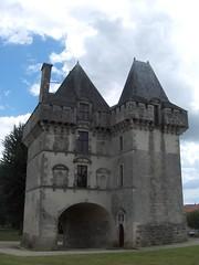 Donjon de Matha, Saintonge, 13 juillet 2008, i (Guillaume Cingal) Tags: france castle fort keep château matha châteaux donjon saintonge charentemaritime