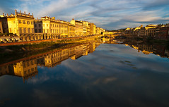 Perspectiva florentina (Federico Alberto) Tags: muzz olympusflorenciaaguawaterrorivergoldenhourhoradoradareflejonubescloudsprofundidaddecampodepthoffielddofnohdrnophotoshopitaliaitalytheunforgettablepicturesabigfaveplatinumphotoarnogolddragonmagicdonkeysbestbravodamniwish