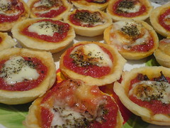 Pizzette (Elanorya) Tags: fame merenda pomodoro fuoco aria mozzarella cucina forno pizzette sfoglia spuntino