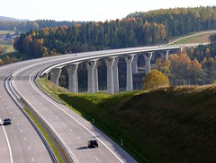 The new highway from Thuringia to Bavaria (Linda6769) Tags: auto bridge autumn tree car forest germany landscape woods highway village herbst autobahn curvy thuringia pylon curve brcke landschaft baum autumnal fahrzeug conifer kurve viadukt nadelbaum herbstlich kurvig konifere heckengereuth schleusetalbrcke autumnallandscape landschaftimherbst picturewithmusic herbstlichelandschaft