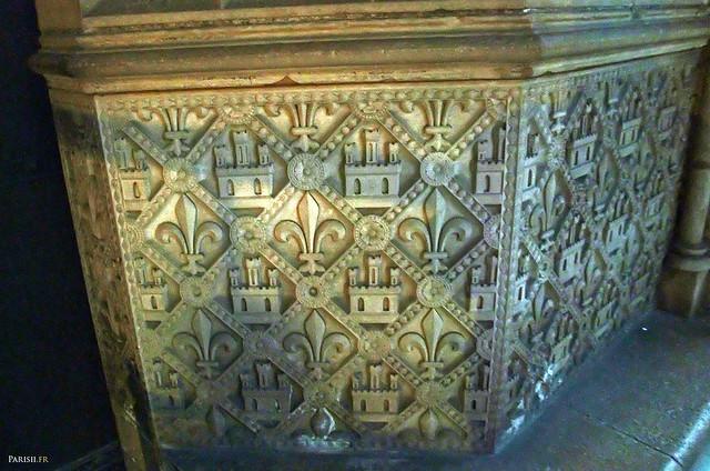 Bas-reliefs à l'entrée, avec la fleur de lys, symbole de la royauté