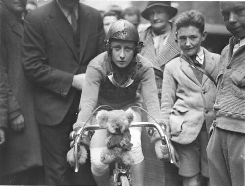 Primer plano de Billie Samuels en la moto Malvern Estrella mostrando su koala oso mascota antes de partir hacia Melbourne 4 de julio de 1934, por Sam Capucha por la Biblioteca Estatal de colección Nuevo Gales del Sur
