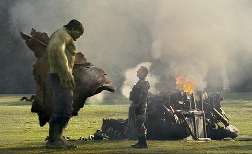 Hulk frente a un soldado