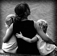Protezione (Monia Sbreni) Tags: family people bw italy hug italia noiretblanc zwartwit famiglia bn persone mamma schwarzweiss figli pretoebranco bianconero biancoenero abbraccio svartvitt blackandwithe protezione sfidephotoamatori moniasbreni
