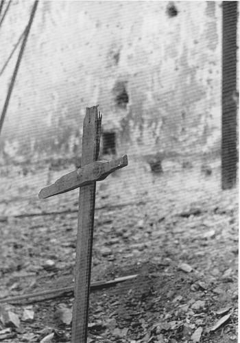 Cruz en las cercanías del Alcázar de Toledo en la Guerra Civil. Septiembre de 1936. Fotografía de Hans Namuth/Georg Reisner