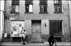 A Tallinn house. (flevia) Tags: bw film bike tallinn estonia geometry walk bn epson ng 29 nophotoshop urbanjungle ee biancoenero baltics eesti nikonfa tallinna analogic ilfordfp4 oldtallinn nikkor35mmf2 scannednegatives nodigital walkingpeople autaut flevia cronacheurbane epsonperfectionphotov700 linkedbythesea