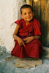 Asia / India - Ladakh (RURO photography) Tags: travel boy portrait india male tourism smile face smiling canon fun religious photography asia faces photos retrato buddha buddhist religion cara monk reis tourist monastery portraiture lonelyplanet portret indi nio indien indi klooster ladakh garon inde nationalgeographic reizen azi budhism jongen indland monnik northindia indija  gesichter supershot kartpostal enstantane crianca boedhisme voyageursdumonde journalistchronicles globalbackpackers rudiroels