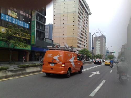 忠孝東路上的攝影車