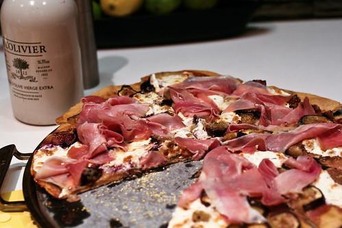 black mission fig & prosciutto pizza
