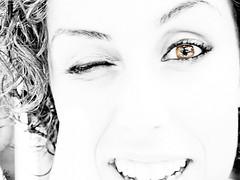 Miel (Paco CT) Tags: portrait people woman eye portugal smile face look ojo mujer eyes gente retrato cara young happiness ali ojos highkey alegria sonrisa 2008 mirada glance madeira joven efh machico clavealta elfactorhumano thehumanfactor pacoct