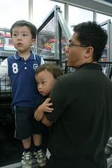 大魯閣:我家的三個男孩玩投籃