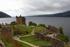 Urquhart Castle to the North (*Michelle*(meechelle)) Tags: scotland explore 2008 urquhartcastle lochness drumnadrochit blueribbonwinner bej lifebeautiful