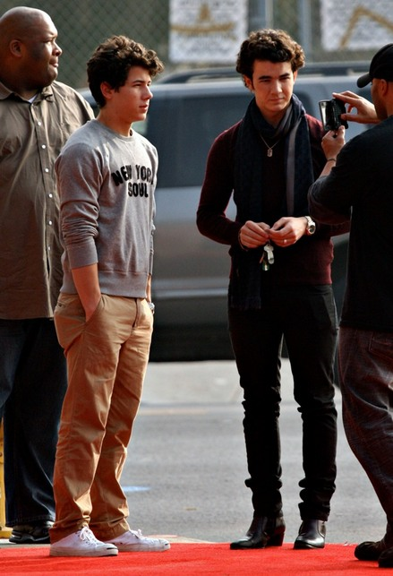 nick-and-kevin-christmas-shopping (10)-thumb-440x643