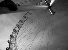 London Eye (_Zahira_) Tags: bw london lafotodelasemana olympus 100v10f bn nd londres noria contrapicado e500 interestingness8 uro 100vistas i500 ltytrx5 ltytr2 ltytr1 ltytr3 lfs022009