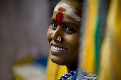 Happy pilgrim woman - India (Eric Lafforgue) Tags: india democracy indie indi indien hind indi inde southindia hodu southasia indland  hindistan indija   ndia hindustan  6956  lafforgue   ericlafforgue hindia  bhrat  indhiya bhratavarsha bhratadesha bharatadeshamu bhrrowtbaurshow  hndkastan
