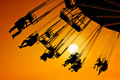 I can fly ([Kantor]) Tags: carnival sunset summer canon contraluz atardecer fly ride feria wave fair swing verano swinger mlaga sillas kantor volar atraccin feriademlaga voladoras 400d ltytr1 gettyimagesspainq1