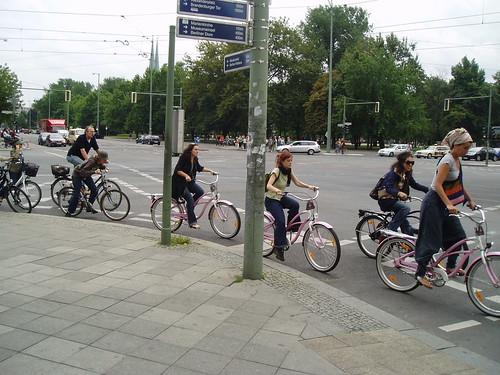 Gente en bici en Berlín