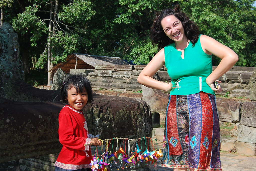 Una niña camboyana sonríe junto a Vero