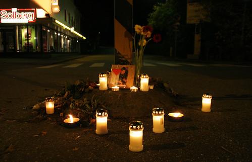 Lys og blomster til minne om trafikkoffer