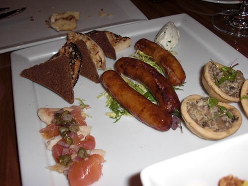 蘑菇馅饼,烟熏鱼,猪肉香肠
