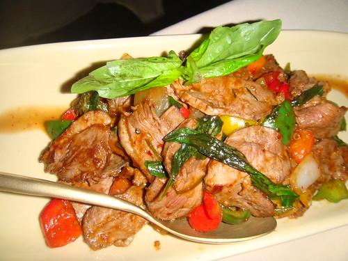 Ped pad prik sod - Magret de pato salteado al wok con pimientos y cebollas