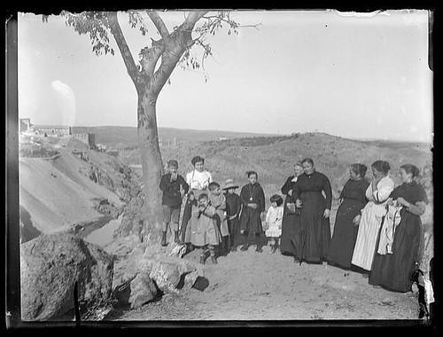 Gran Almez (Celtis australis) en la ermita del Valle de Toledo hacia 1910. Colección de D. Santiago Relanzón Almazán,  Ayuntamiento de Toledo
