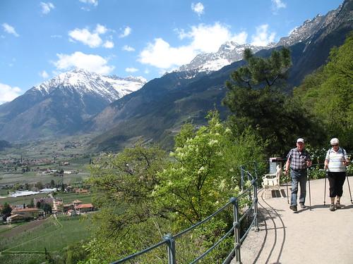 Tappeinerpromenade mit Blick auf den Eingang des Vinschgaus