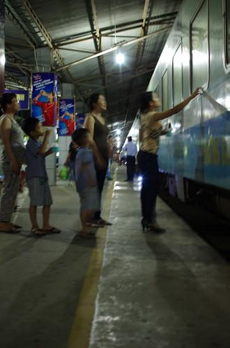 駅で見送る人々
