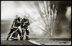 Agua contra fuego (-Gsus-) Tags: duelo duelos miradafavorita