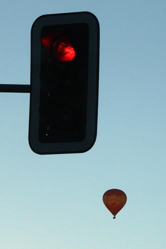 Liikennevalo ja kuumailmapallo