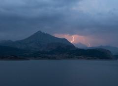 Tormenta en el Pantano del Porma-León-Spain (dnieper) Tags: españa spain tormenta rayos digitalcameraclub boñar vegamian pantanodelporma olétusfotos