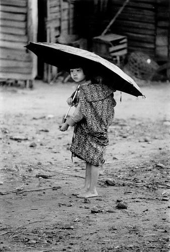 黑白童年-雨中取樂