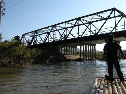 สะพานประวัติศาสตร์เมื่อมองจากแม่น้ำ